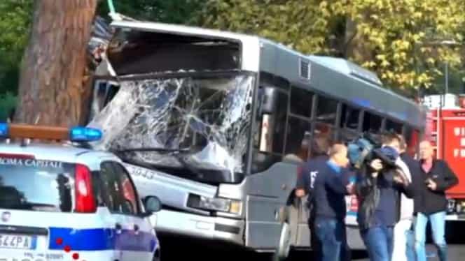 Grav accident la Roma! Sunt 29 de răniți după ce un autobuz a intrat într-un copac
