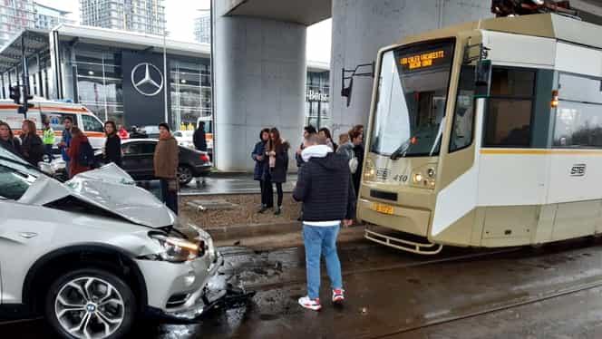 Accident la pasajul Mihai Bravu. Circulația tramvaiului 1, blocată