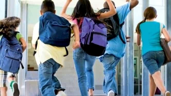 Scandal de proporţii în învăţământ! Un preot-profesor de religie din Copşa Mică, filmat de o elevă! Ce făcea la catedră! Imaginile au ajuns pe Internet!
