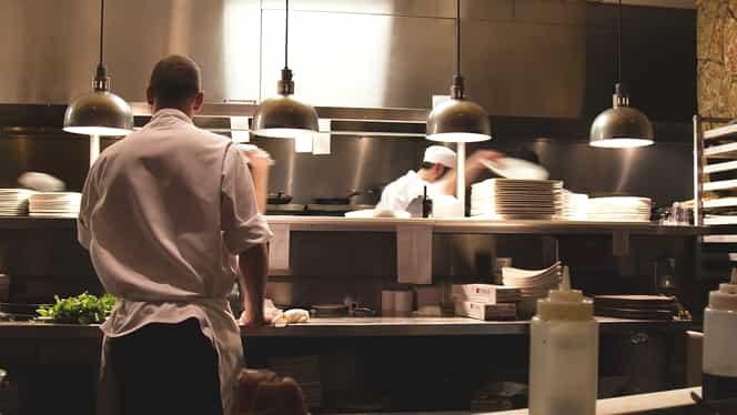Cât câștigă un elev care muncește într-un restaurant de sărbători. Suma nu e de neglijat