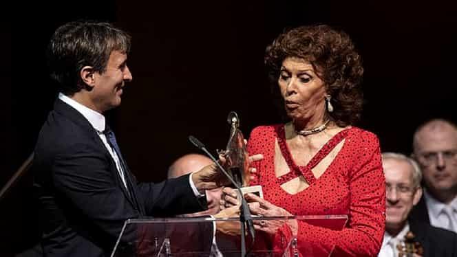 Sophia Loren, divină şi la 85 de ani. Ţinută wow la festivitatea în care a fost premiată pentru întreaga activitate. FOTO