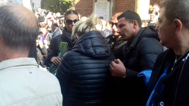 Înmormântare Ilie Balaci. Soția fotbalistului și cele fouă fiice, răpuse de durere în momentul în care sicriul a fost scos din biserică