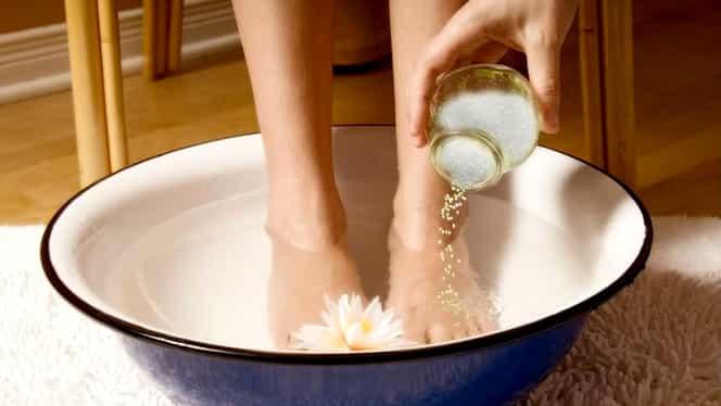 Ce se întâmplă dacă te speli pe picioare cu bicarbonat și lapte? Scapi de o afecțiune comună
