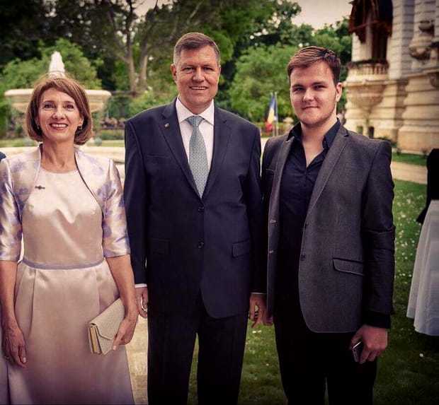 Carmen Iohannis, lăudată pentru ținuta abordată la Paris. Cum a apărut la brațul președintelui României
