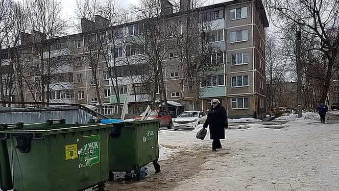 O femeie din Rusia a născut în timpul unei petreceri. Apoi, și-a aruncat copilul în tomberon și a continuat să bea cu prietenii