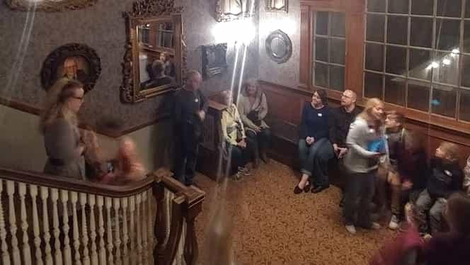 Incredibil! Fantomă surprinsă în mai multe poze! Au stat chiar lângă ea! GALERIE FOTO