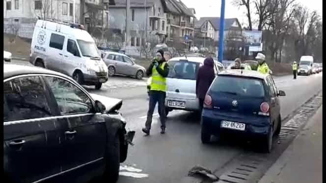 Patru mașini, implicate într-un accident rutier, în Suceava. Două persoane au fost rănite