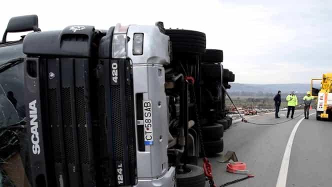 Pericol de explozie în localitatea buzoiană Padina! Un camion plin cu azotat de amoniu s-a răsturnat! Combustibilul curge din rezervor!