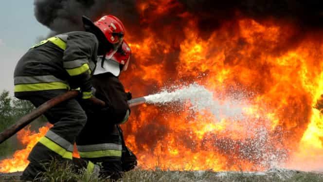 Școală mistuită de flăcări în București