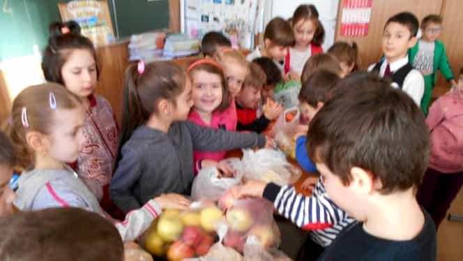 Elevii vor primi fructe sau legume proaspete la şcoală. La ce legume s-au gândit autorităţile pentru micuţi!