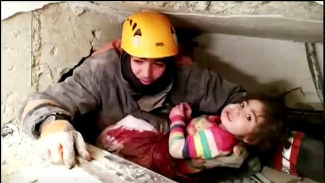 O fetiță de 2 ani și mama ei au fost salvate de sub dărâmături în Turcia după mai bine de 28 de ore!
