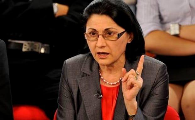 Noul ministru al Educaţiei, Ecaterina Andronescu, a anunţat că vrea să renunţe la manualul unic. In imagine în timpul unei dezbateri
