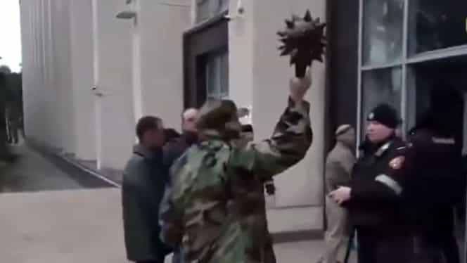 """VIDEO Un basarabean a spart cu buzduganul ușa Guvernului de la Chișinău: """"La luptă, băieți! Cine se pune peste buzdugan îi sare capul!"""""""