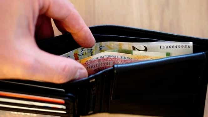 O româncă din Italia a găsit un portofel aruncat într-un bar, iar apoi a intervenit Poliția