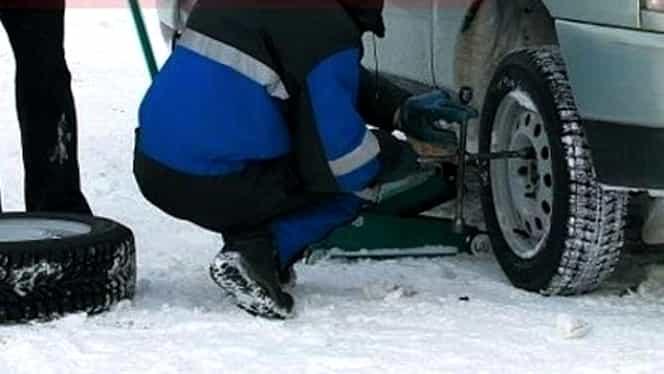 Codul rutier mult mai dur pe timpul iernii. Amenda uriașă pentru staționarea pe un drum înzăpezit