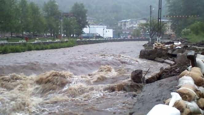 Situaţie critică în mai multe judeţe din cauza inundaţiilor