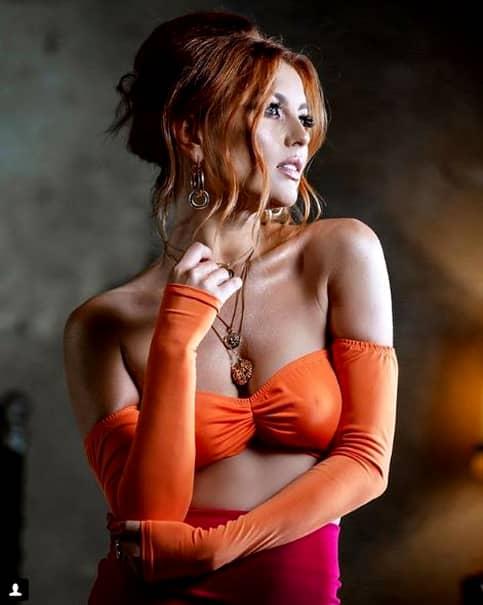 Elena Gheorghe le-a demonstrat fanilor săi de ce se simte bine în pielea ei și cât de schimbată sau nu este după aplicarea machiajului. Vedeta nu-și arată în niciun fel vârsta datorită unor reguli strite pe care le urmează de ani buni.