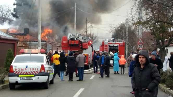 Incendiu violent în Bucureştii Noi! O casă a fost distrusă de flăcări. Foto şi video