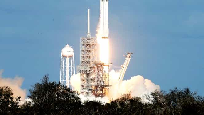 Cea mai puternică rachetă din lume a fost lansată! Propulsoarele Falcon Heavy au aterizat apoi la punct fix