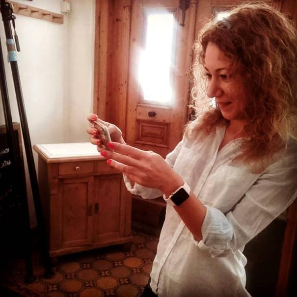 Iulia este producătoarea emisiunii prezentată de Cătălin Măruță