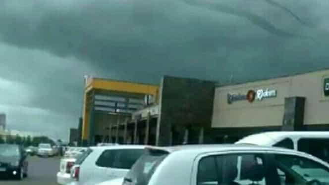 """""""Aşa arată Dumnezeu""""!  Apariţie bizară pe cer, deasupra unui mall"""