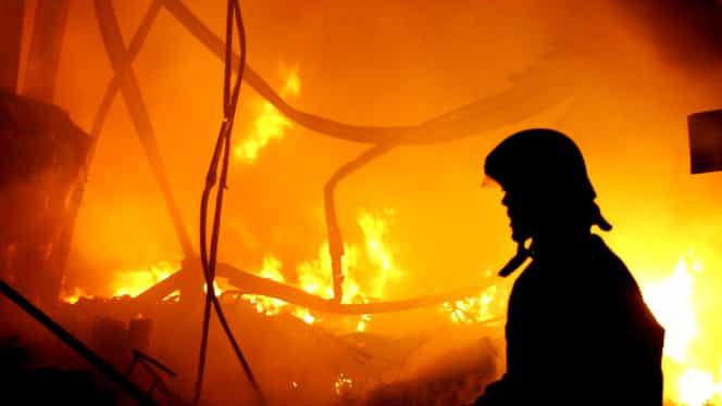 Incendiu la o casă din județul Vâlcea. O persoană a suferit arsuri la nivelul feței