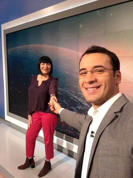 Neti Sandu, de mână cu colegul de la ProTV, zâmbind la camera