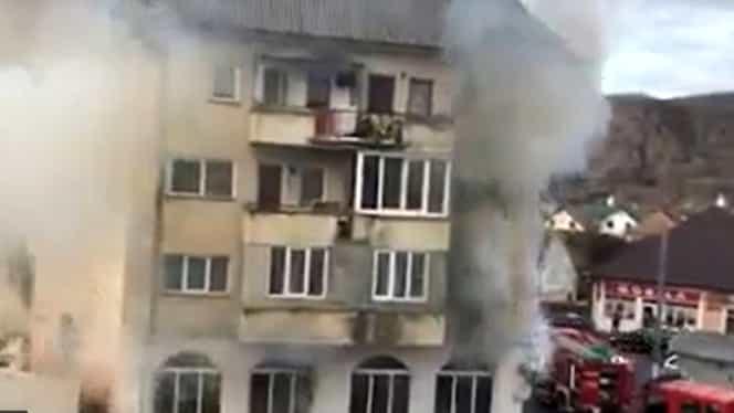 Incendiu la parterul unui bloc din Beclean, Bistrița. 30 de oameni au fost evacuați din imobil – VIDEO