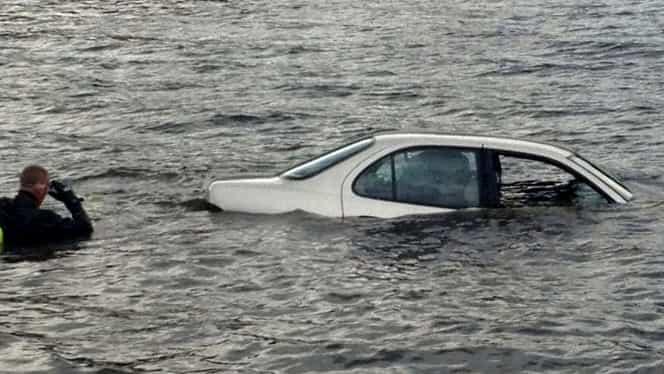 UPDATE Maşina căzută în Dunăre a fost scoasă goală la suprafaţă. Familia dată dispărută, de negăsit
