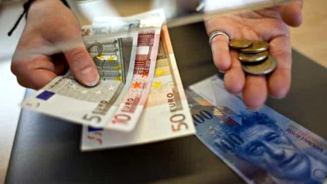 Zi decisivă pentru românii cu credite în franci. CCR dezbate legea conversiei în lei
