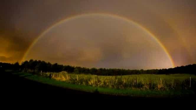 Fenomen rar în Marea Britanie. Un curcubeu a apărut pe cer în toiul nopții. FOTO