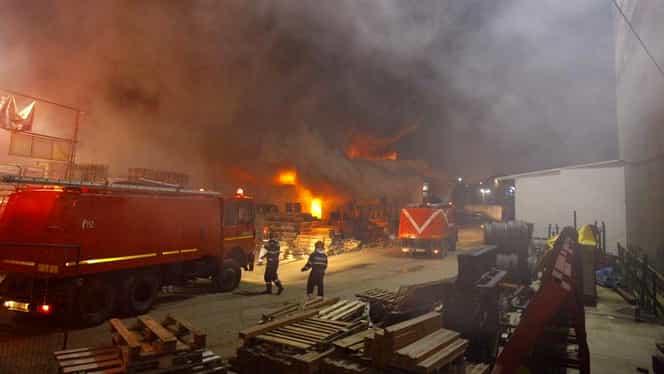 """Incendiu puternic pe Şoseaua Fundeni din Bucureşti. Un depozit a luat foc. A fost emisă alerta RO ALERT. Ministrul de Interne: """"Nu mai există pericol"""" – UPDATE"""