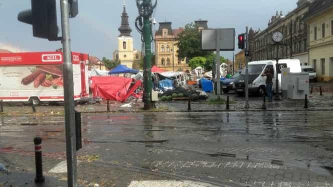 """VIDEO. Furtună violentă în România! 5 oameni au decedat. Primarul: """"Sunt pe teren şi mă crucesc"""""""