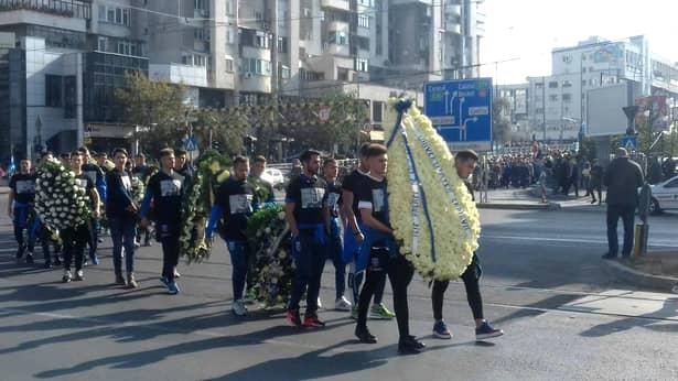 Fanii lui Ilie Balaci pe străzile Craiovei la ultimul drum al fotbalistului