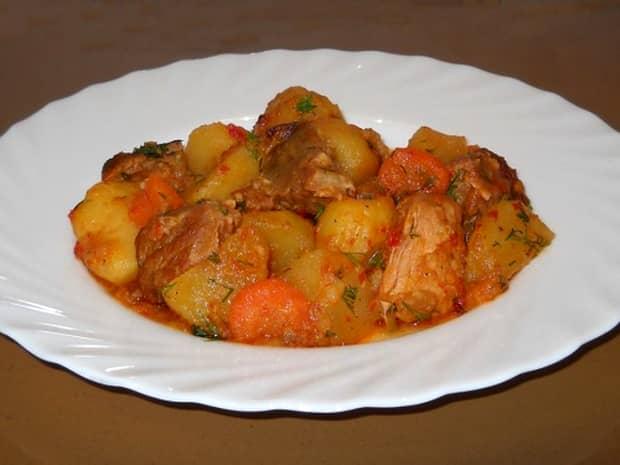 Rețeta Zilei de 20 august. Tocăniță de cartofi cu carne de porc