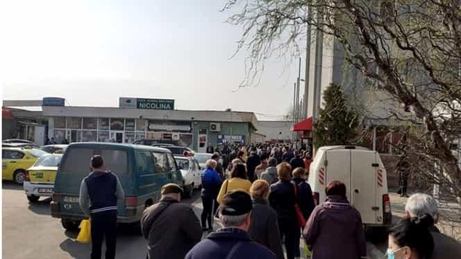 Haos în Iași. Sute de bătrâni stau la coadă la piață, fără nicio măsură de protecție