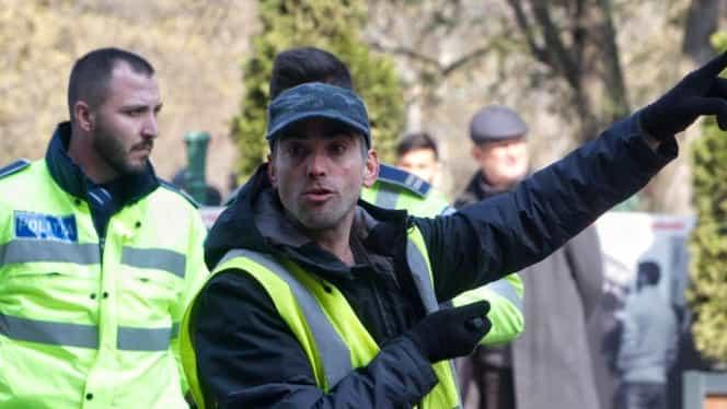 Video! Bărbat înarmat pus la pământ de mai mulţi poliţişti, în faţa Primăriei Bucureşti!