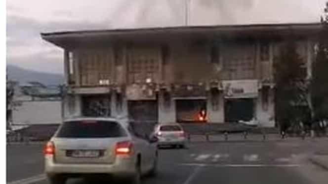Un incendiu puternic a izbucnit la Casa de Cultură din Baia Mare. 34 de copii şi şase adulţi se aflau în clădire, nimeni nu a fost rănit