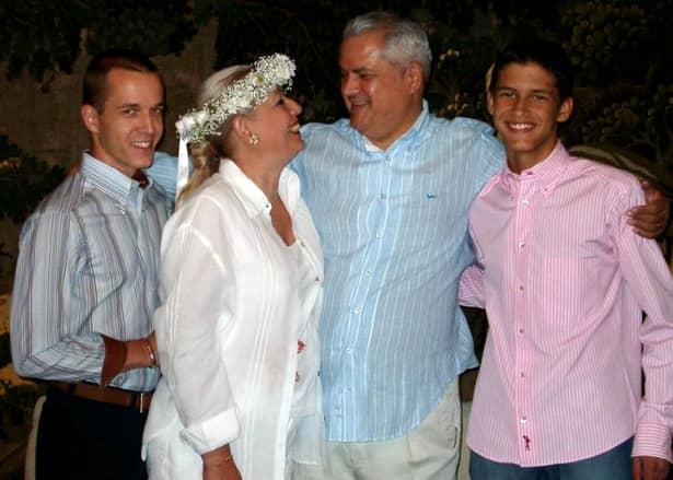 """De cealaltă parte, putem constata lesne cât de mult a contat pentru Adrian Năstase căminul: """"Am doi copii frumoşi, o soţie pe care o iubesc şi care mă iubeşte. Fără ei, nu cred că aş fi putut realiza tot ceea ce am realizat şi nu cred că aş fi avut puterea de a merge mai departe în ciuda greutăţilor şi a răutăţilor"""", spune tot acolo fostul premier al României."""
