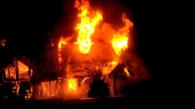 Incendiu la o cabană din Bran! Clădirea a fost distrusă de flăcări la – 10 grade