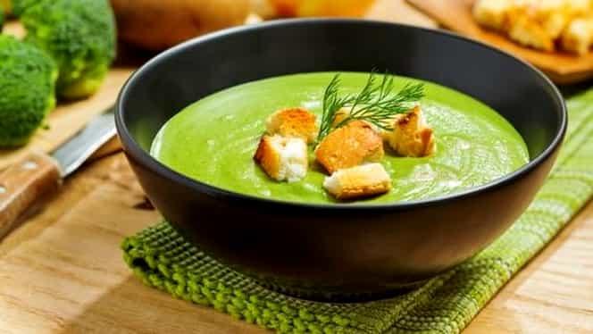 Rețeta zilei de luni, 13 ianuarie. Supă cremă de broccoli și dovlecel
