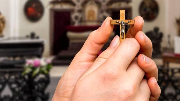Ce înseamnă când îți faci cruce în fața unei biserici! Care este motivul pentru care se închină credincioșii