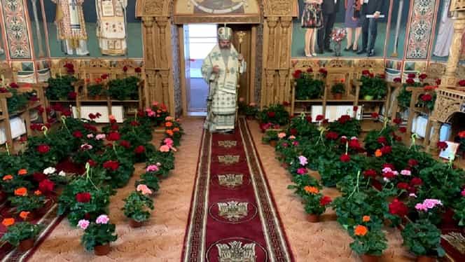 Imagine emoționantă! Cu ce au fost înlocuiți enoriașii într-o biserică din România