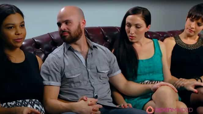 """Bărbatul care are trei iubite şi trăieşte cu toate în aceeaşi casă. Cum arată o relaţie """"poligamă"""""""