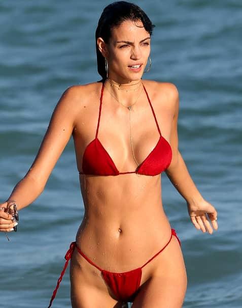 Asta se întâmplă când porţi bikini cu 3 numere mai mici! Când a ieşit din apă, vedeta a rămas cu totul la vedere