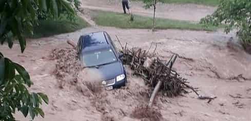 Mașină luată de ape, în Alba! Imaginile sunt virale pe internet