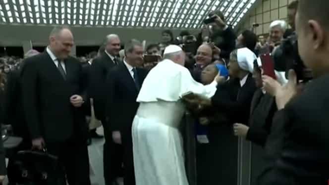 """Papa Francisc a stârnit hohote de râs atunci când o călugăriță i-a cerut un sărut! """"Stai calmă. Să nu muşti!"""""""