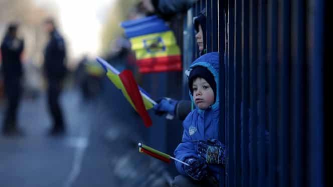 Moment emoționant la parada de 1 Decembrie din București. Reacția unei fetițe întrebată dacă e mândră că e româncă este înduioșătoare