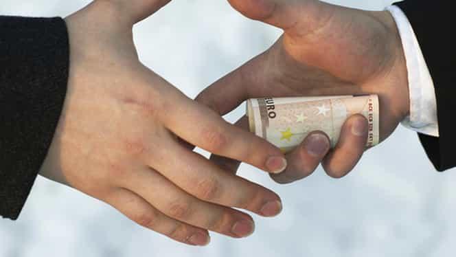 Șpagă, șpagă, dar pentru cine? Funcționarii primăriei Craiova au găsit 1.000 de euro într-un dosar de autorizare