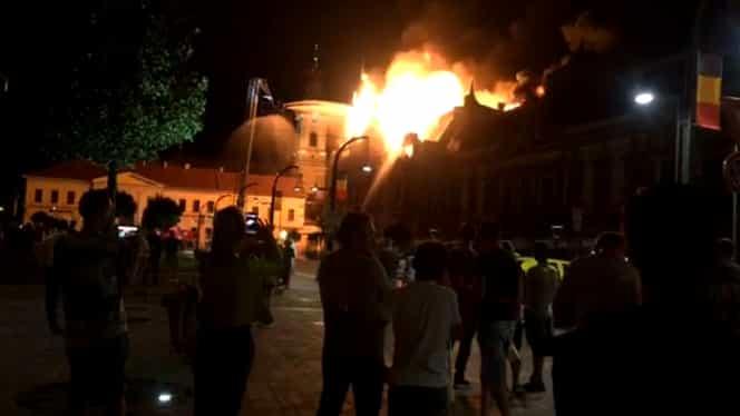 Incendiu uriaș! Una dintre clădirile monument ale Oradei a luat foc și s-a prăbușit